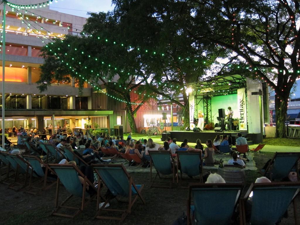 Gick förbi en park med liveband i Brisbane