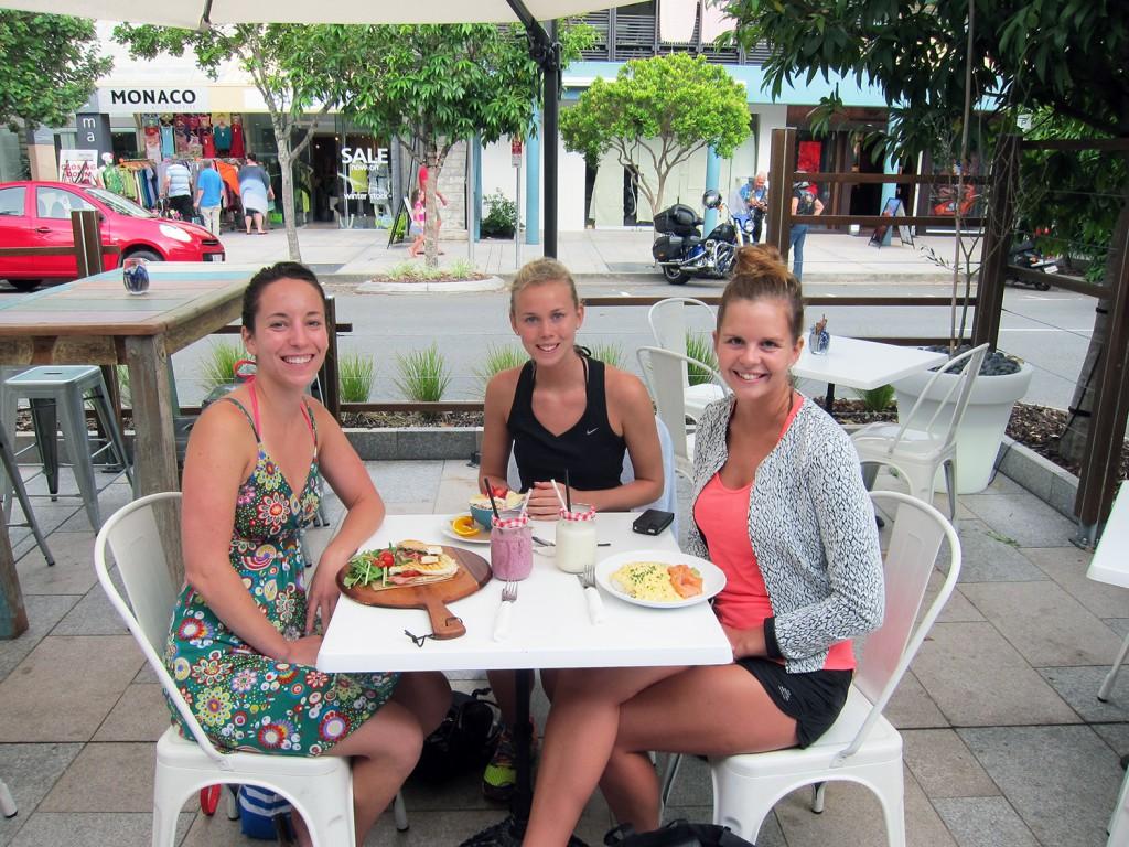 Au pair-Kate, Jenny och jag på lunch i Noosa