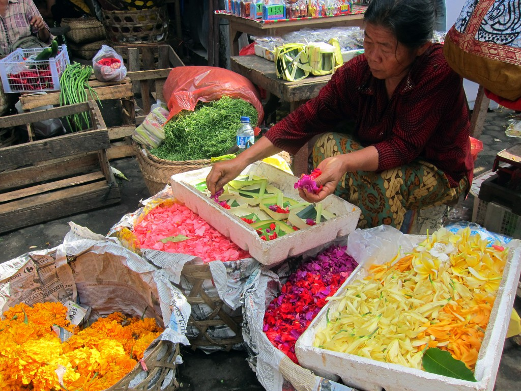 Här skapas de små förpackningar med blomblad som man kan se överallt här på Bali. Offer till gudarna för tur och lycka.