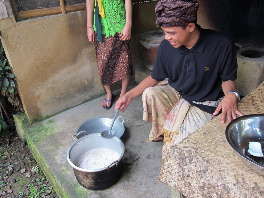 Vi fick se hur de gör kokosolja. Vilket projekt! Riven kokos blandas med vatten och silas. Vattnet kokas och skiktas tills dess att endast ren olja är kvar.
