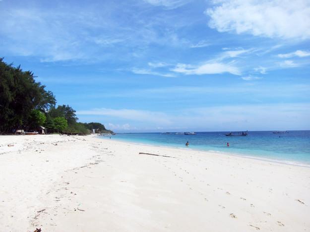 Kritvit strand och underbart vatten
